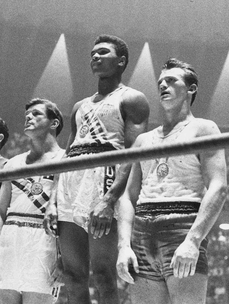 Cassius Clay 1960 NAISSANCE D'UN REBELLE En 1960, Cassius Clay est encore un boxeur amateur. C'est en inconnu qu'il remporte, à 18 ans, la finale des 81 kg aux Jeux Olympiques de Rome. Tellement fier, le jeune boxeur dormira avec sa médaille d'or la nuit suivante.
