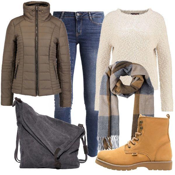 Un outfit adatto ad occasioni d'uso informali, come una lezione all'università ad esempio, composto da maglia monocromo, jeans slim fit, piumino corto e stivaletti con lacci. Completano il look l'avvolgente sciarpa a quadri e la capiente borsa.