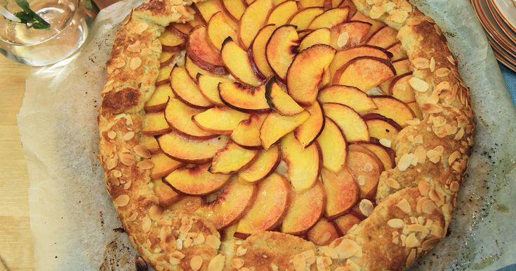 Ljuvlig persikopaj med krämig mandelfyllning. Enkel att baka, lätt att imponera med.