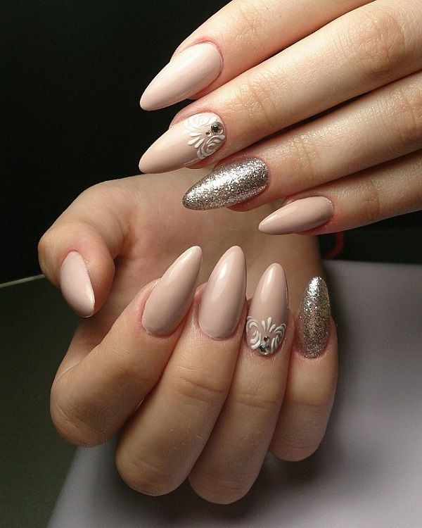 Elegant looking winter nail art design. Nude and silver glitter nail polish combined to create this stunning number. The design looks very pretty and the combination of the glitter and the nude nail polish just fit together perfectly.
