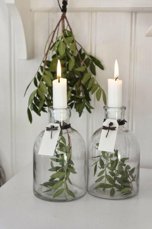 Kerstgroen gebruiken om te decoreren met kerst, van eucalyptus slinger tot gevulde glazen kerstballen