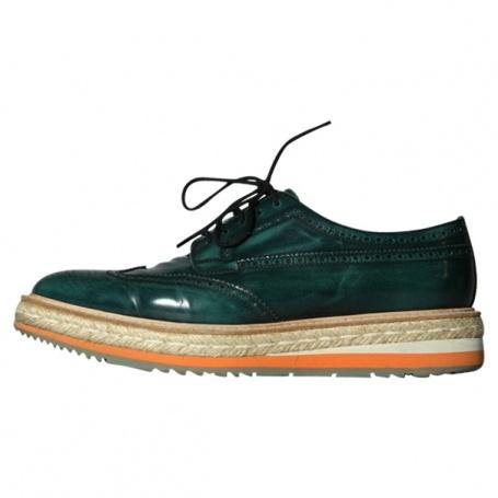 accessoires de mode italienne : chaussures, derbies Prada, semelles corde, vert sombre