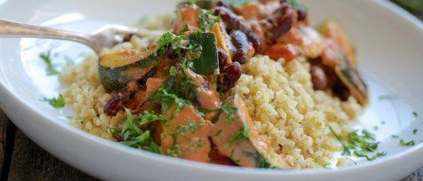 Recept på bönstroganoff med zucchini och bulgur. En populär vardagsrätt i ny tappning med kidneybönor och zucchini i stället för korv. Nyttigt och gott!