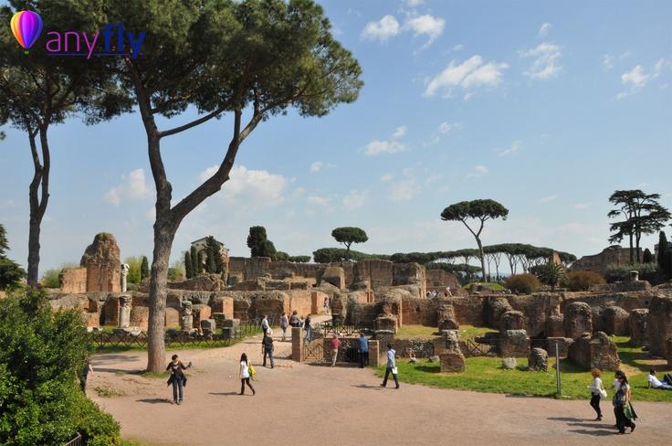 Начнем нашу экскурсию с этого памятника на площадь Венеции, условном центре города. Рядом сам Капитолий, официальный религиозно-политический центр древнего Рима. Дальше Римский Форум, Императорские форумы вплоть до Колизея, до Триумфальной арки императора Константина, которая символически стоит гранью между античным, язычным Римом и новым Римом, христианским.