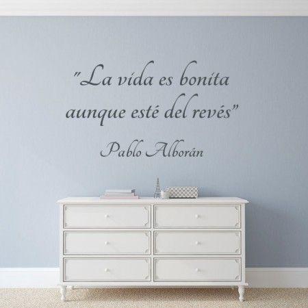 """Vinilo para paredes con la frase """"La vida es bonita aunque esté del revés"""" de Pablo Alborán. Pegatinas para paredes con frases célebres de canciones."""