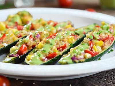 Préparez notre recette de Bateaux de courgettes farcis à la salade de quinoa avec vinaigrette aux fines herbes et régalez-vous famille grâce à nos fromages biologiques.