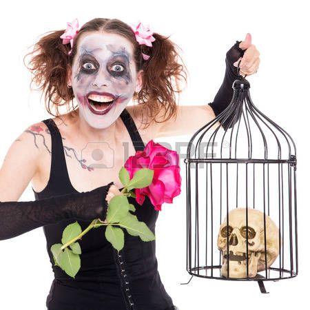 Chica loca con la rosa y el cráneo en una jaula.