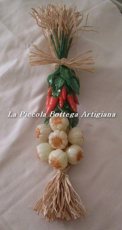 Treccia in raffia cm 38 decorata con aglio e peperoncino in pasta di mais