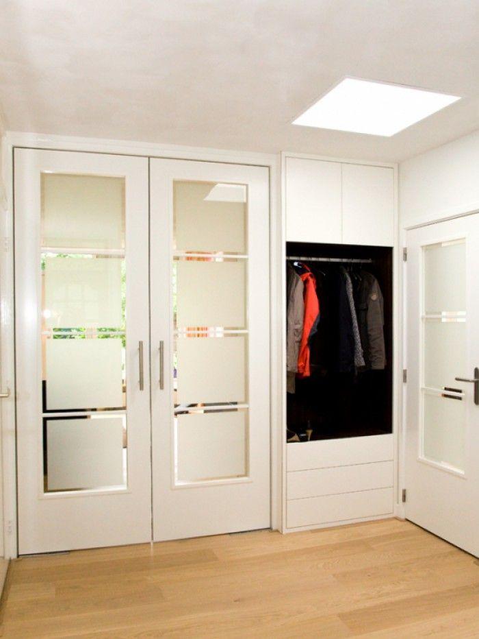 melkglas deuren in hal en inbouw garderobe kast