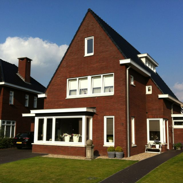 Mooi huis! Met erker, uitbouw, schoorsteen en veel jaren 30 stijl kenmerken! Zo zie je ze niet veel op #pinterest!