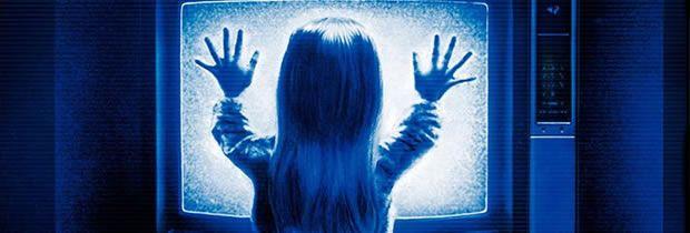 Poltergeist – O Fenômeno (Poltergeist - 1982)A casa da família Freelings, num subúrbio americano, é tomada por um estranho fenômeno que faz com que coisas estranhas e assustadoras aconteçam. Produção de Steven Spielberg e Frank Marshall e direção de Tobe Hoper. O filme ainda teve duas sequências: Poltergeist II - o Outro Lado (1986) e Poltergeist III - Cresce o Pavor (1988).