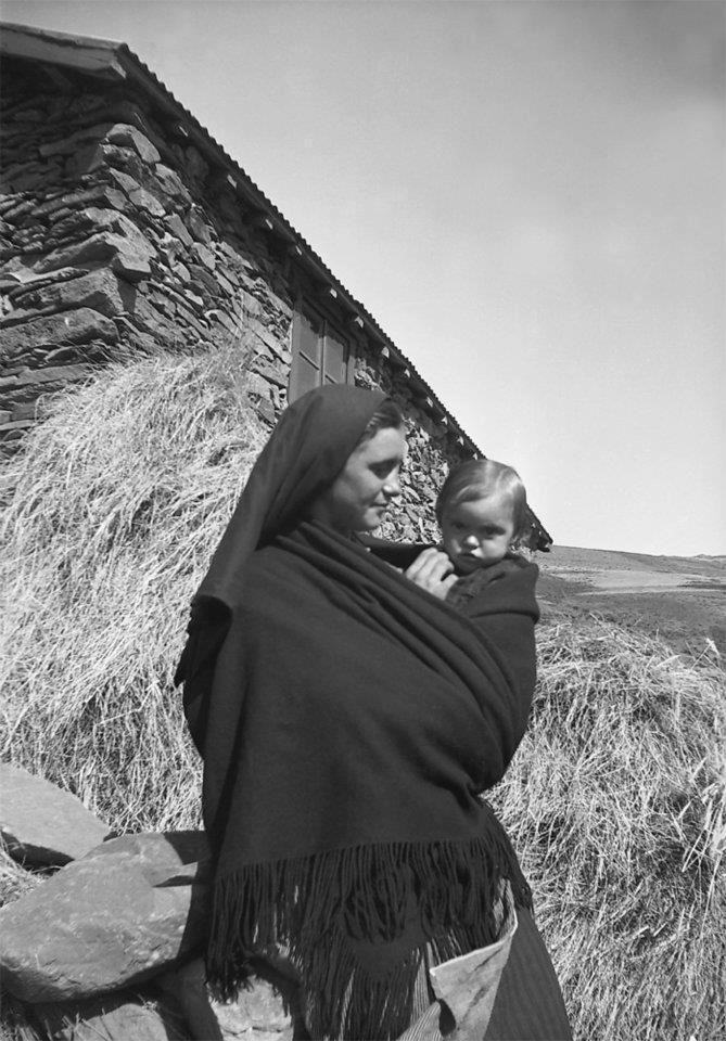 1948, Jovem mãe, Castanheira, Serra da Estrela, Portugal