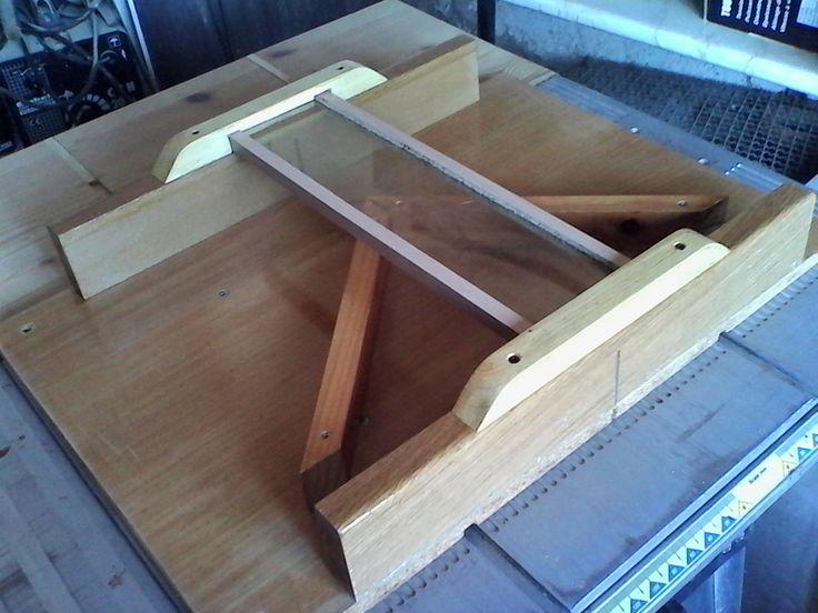 Corte de ángulos a 45 º - Guía para corte en sierra de banco - 18 Mano de barniz. He dado una mano de barniz fina a la base del útil. Pretendo que el deslizamiento sea suave y sin asperezas.