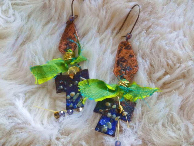 """boucles """"créateur"""": croix bleues émaillées, connecteur cuivre arbre, soie de sari, perles tchèques irisées : Solyme : Boucles d'oreille par chez-lilie-rose"""