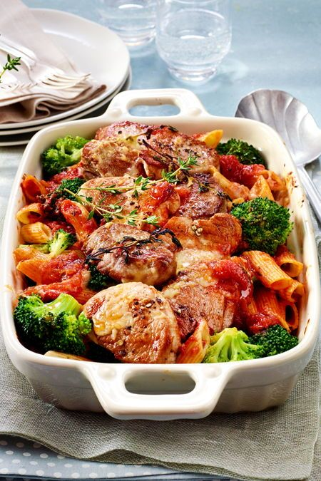 Gratiniertes Schweinefilet mit Brokkoli und Nudeln in Tomatensoße