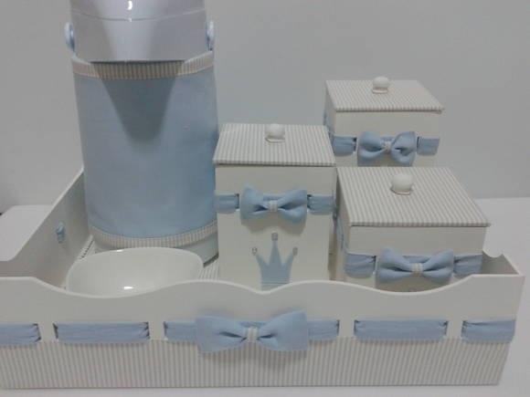 Kit higiene em mdf modelo passa fitas com aplique de coroa de principe, este kit está incluso bandeja modelo passa fitas cm base forrada em tecido a sua escolha, 3 potes mdf pintados com passa fitas e tampa forrada em tecido com aplique de coroa e cristais, 1 garrafa termica com saia e 1 pote ceramica para agua. O motivo do aplique poderá ser alterado de acordo com o tema do quarto de seu bebê. R$ 175,00