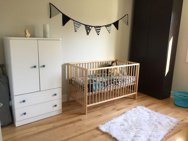 Chambre de bébé garçon. Guirlande et housse de lit.