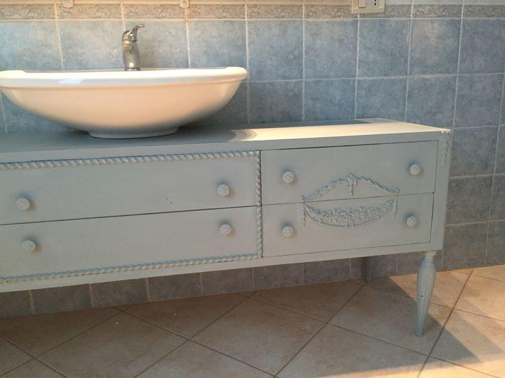 Mobile (comò) vintage degli anni 50 , riadattato come mobile sottopiano per lavandino del bagno. Realizzato con la chalk shabby Decorlandia colore blu ortensia linea fusion