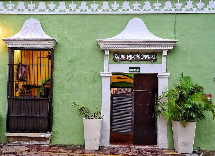 Una volta che il virus del #viaggio colpisce  non c'è antidoto conosciuto  .  Si resta #felicemente infettati sino alla fine dei propri giorni . #Cit. Michael Palin  : #SanFranciscodeCampeche #Mexico  #campeche #mexicocolors #mexicocolonial #colonial #yucatan #yucatanturismo #Messico #travel #travelblogger #picoftravel #pic #green #salon #door