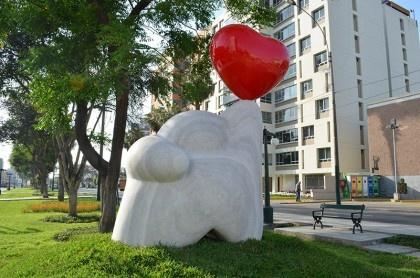Escultura hecha con una piedra de mármol traertino de unas 35 toneladas. Magdalena, Lima- Perú