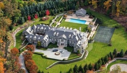 """Capitulo 10. Pg. 43. """"La casa está rodeada por un jardín enorme con piscina y pista de tenis."""" Esta casa es similar a la casa del novio Angela."""