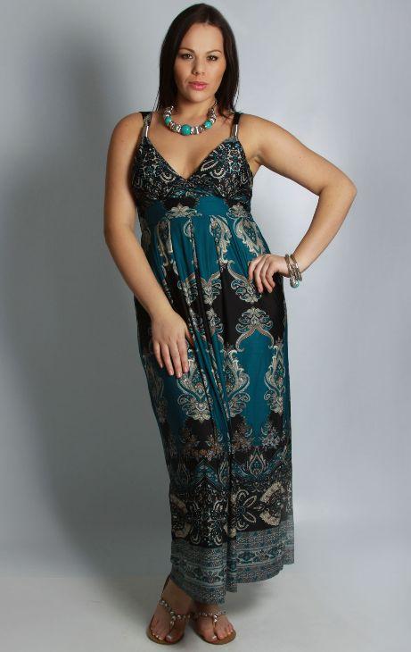 La marque Yours Clothing habille la femme ronde jusqu'à la taille 62. Un exemple de robe longue grande taille motif cachemire.