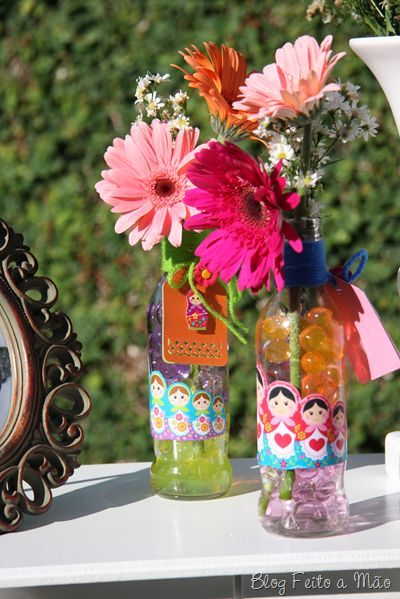 Garrafinhas com bolinha de gude e flores