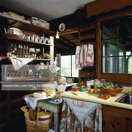 Коттедж кухня с Винтаж, шебби-шик, винтажные ткани везде, стекло рефрижераторных контейнеров, множество старинных ник безделушки на открытых полках