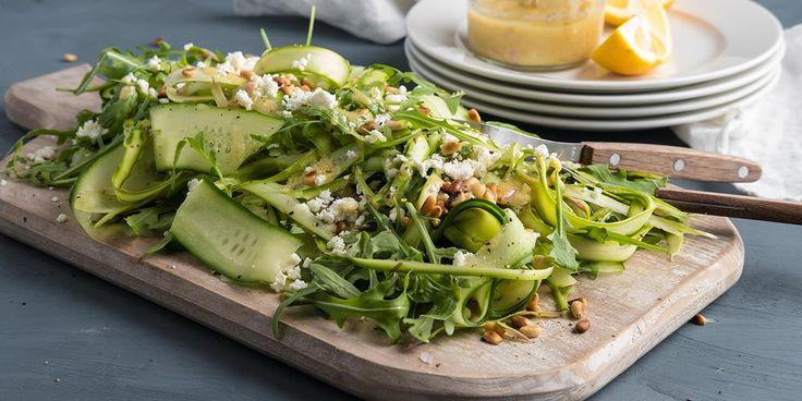 Oppskrift på salat med asparges, fetaost og pinjekjerner.