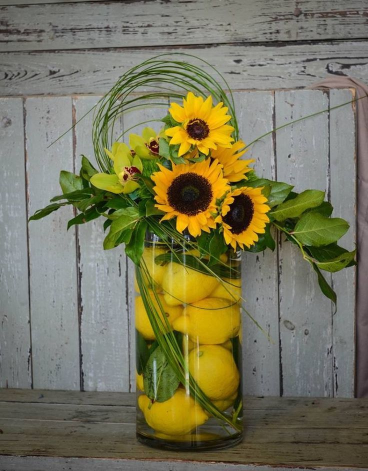 Blumengesteck Sommerdeko Sonnenblumen Zitronen Wasser Orchideen