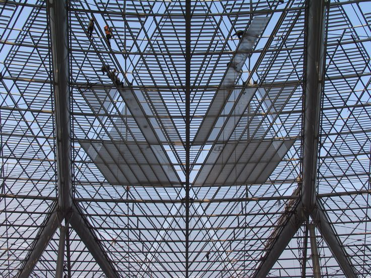 Installing the louvers for Shanghai South Station roof - Arep / MaP3 / Ecadi - 2006