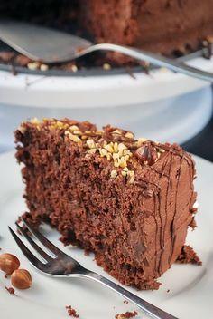 Nach einigen Tagen Abwesenheit (und sehr viel Ärger mit meinem Internetanbieter) habe ich heute wieder eine ganz besondere Leckerei für euch: Eine Nutella-Torte! Sie ist genauso mächtig, wie der Na…
