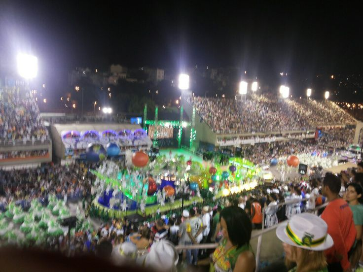Einmal im Leben muss man zum Karneval nach Rio - also ins Sambódromo! Mein Tip: Wenig Kleidung, unauffällige Kamera (es liegt mitten im Armenviertel), viel Wasser, Caipis erst nach der 1. Hälfte der Veranstaltung, sonst überlebt man diese 8h mitten im brasilianischen Sommer nur schwer.