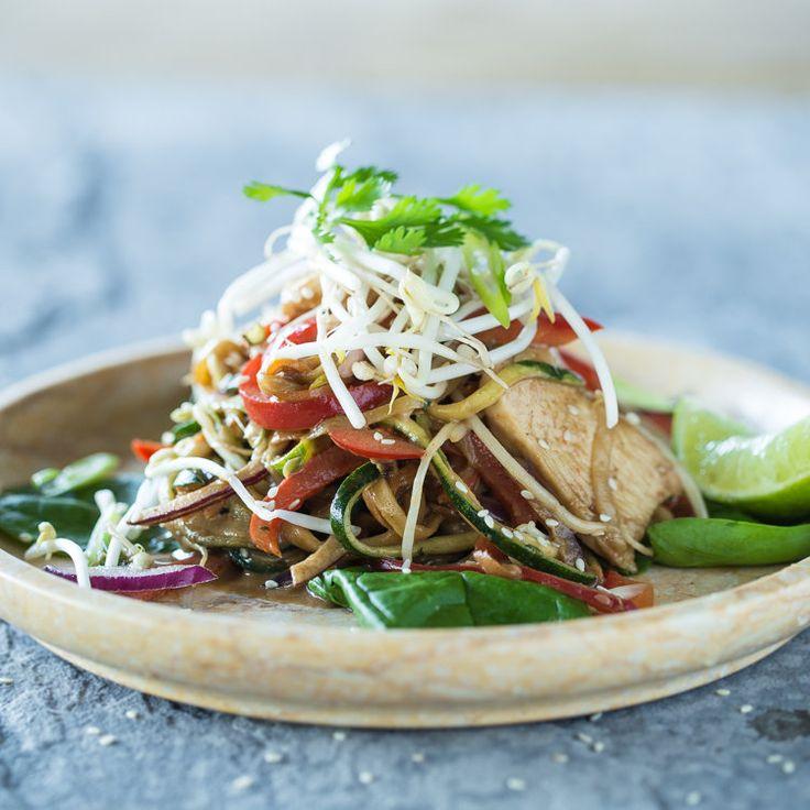 Pasta di verdure in stile tailandese, con spaghetti di zucchine e di carote brevemente arrostite,insaporite con una salsa piccante di arachidi. Il tutto completato dal pollo succoso, peperoni croccanti e germogli di soia. Sano, genuino e squisito!