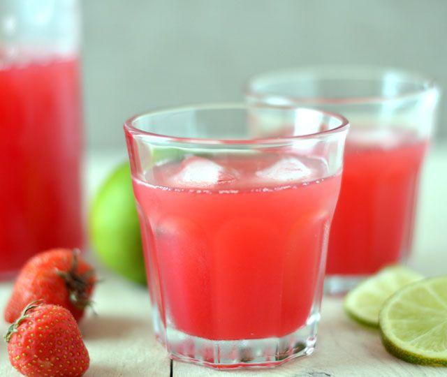 Een lekker en verfrissend drankje van vers fruit. Dát is dit aardbeien & limoenwater. Makkelijk om te maken en ontzettend lekker. Tip: maak er ook eens waterijsjes mee!