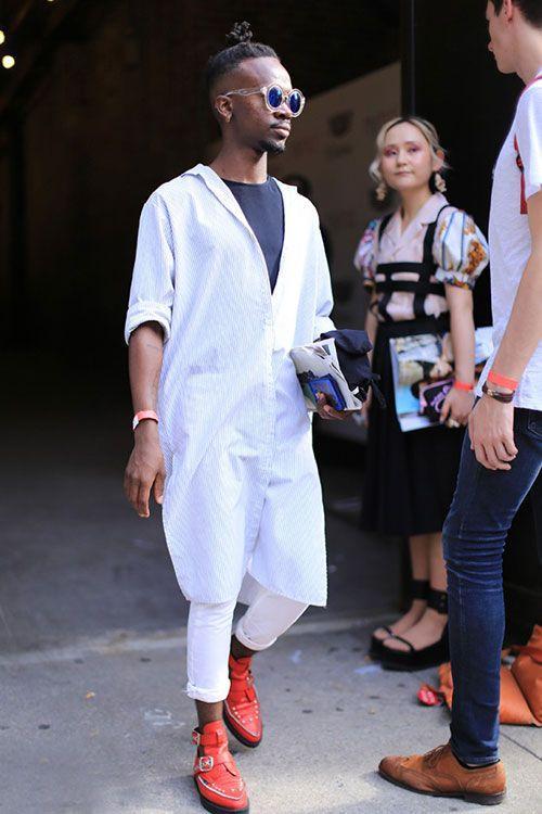 ロング丈ストライプシャツ×ホワイトパンツ×赤クリーパーシューズ