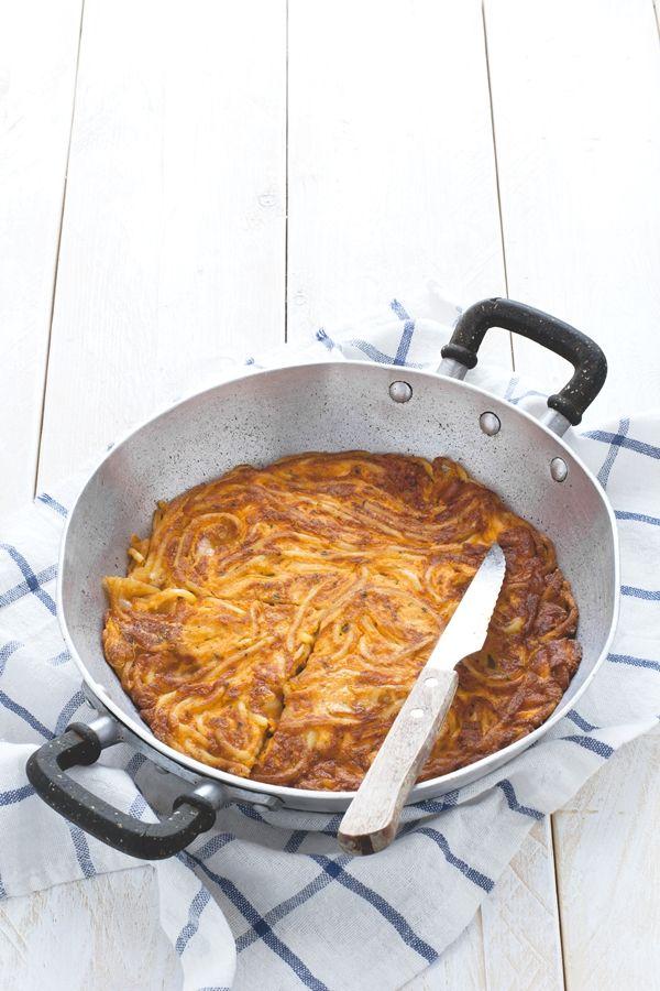 Frittata di pasta con cubetti filanti di formaggio di montagna - Spaghetti frittata with mountain cheese