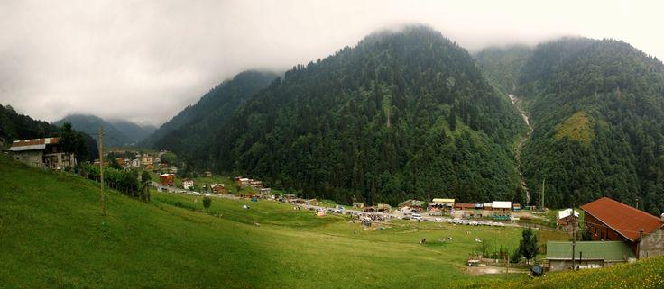 Ayder Yaylası – Rize  Metropollerden-Kacmak-Icin-11-Cennet-Adres-7    1350 metre rakımda, ladin ve kayın ormanlarıyla kaplı doğa harikası bir yerdir. Bir kaplıcaya ev sahipliği yapar. Sessiz sakin yapısı ve eşsiz doğası ile huzurlu günler geçirebileceğiniz bir Karadeniz yaylasıdır.