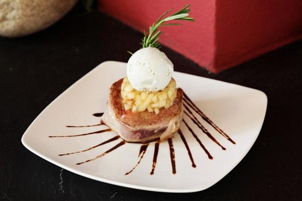 Il filetto di maiale all'aceto balsamico, concasse di mele e gelato allo zola