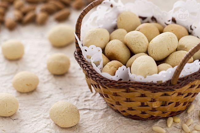 Le fave dei morti sono piccoli biscottini con farina di mandorle e pinoli tipici di tante regioni italiane preparati per la festività di Ognissanti.