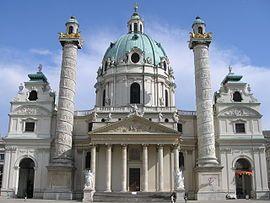 Fachada principal de la iglesia de San Carlos Borromeo en Viena.