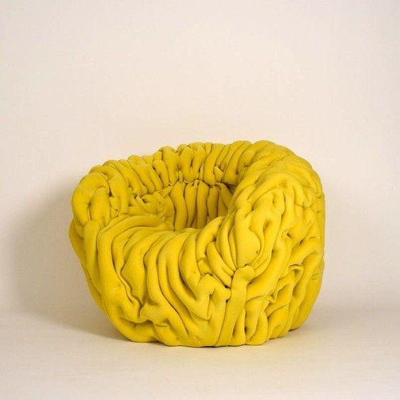 """Le designer rennais Mattis Esnault nous fait découvrir son projet """"Ondule"""", un siège réalisé en mousse, en textile 3D et en résine, un travail contemporain sur le matelassage. En recherche d'éditeur pour ce projet, Mattis Esnault développe  actuellement toute une série d'assises sur le même modèle."""
