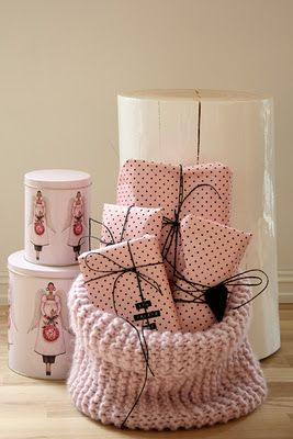 Why not a pink knit basket ?: Artists Wrappingdecor, Gifts Wraps Pink, Polka Dots, Gifts Bags, Gifts Wrappers, Pink Bags, Christmas Wraps, Wraps Gifts, Pink Packaging