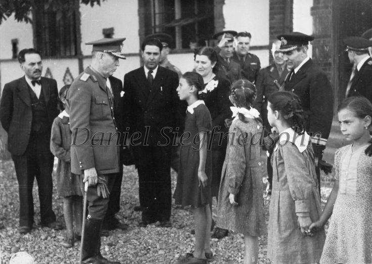 https://flic.kr/p/Jm9Av3 | 53. Mareşalul Ion Antonescu în inspecţie la o şcoală primară din Alexandria (anul 1943)