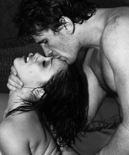"""Nella stanza senza luci sentì la bellezza del suo corpo,  e conobbe le sue mani e la sua bocca. La amò per ore, con gesti che non aveva mai fatto,  lasciandosi insegnare una lentezza che non conosceva.    (Alessandro Baricco, da """"Seta"""")"""