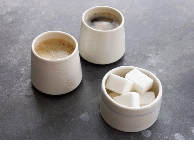 Ces magnifiques tasses Espresso en porcelaine blanche ont un style épuré aux lignes douces et harmonieuses. Chaque tasse est unique, fabriquée et poinçonnée à la main en France par Justine Lacoste.  Ces jolies tasses sont aussi très pratiques puisqu'elles passent au lave-vaisselle, au four micro-ondes et même au four traditionnel si besoin ::::: Tasse Espresso 17€