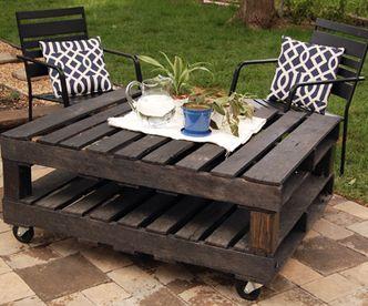DIY Rustic Outdoor Coffee Table On Wheels Via Http://diypallets.com