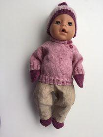 Jeg strikker litt dukkeklær, alt kan ikke være sydd. Nå har jeg laget et mønster, og det vil jeg dele med dere. Det er en raglangenser med ...
