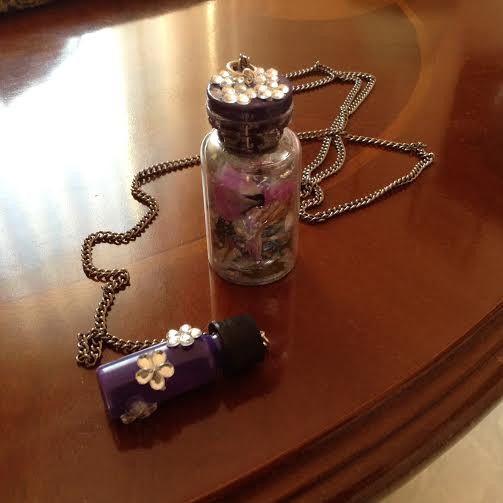 Collana con bottiglia fiori secchi e brillantini di Il gomitolo di Birba su DaWanda.com