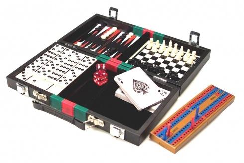 6 GIOCHI IN UNO SET DA VIAGGIO. Mini valigetta in eco-pelle di colore nera con all'interno sei giochi di societ� di cui backgammon, dama, scacchi, domino, dadi, carte